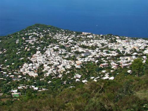"""6. nap: Egész napos szabadprogram, vagy fakultatív kirándulási lehetőség Anacapriba és Capriba. A Sorrentói-félszigetről Capri szigetére hajózunk át. Minibusszal Anacapriba kirándulunk, ahol kóstolót kapunk a környék jellegzetes citromlikőrjéből, a helyi Limoncellóból. A város hangulatos sétálóutcáján végighaladva megnézzük a """"szirének fészkét"""" az ókori kapunál. Ezt követően Capri települését fedezzük fel, melyet a """"Világ szalonjának"""" neveznek; a Szerelmesek útján sétálunk Augustus kertjébe…"""
