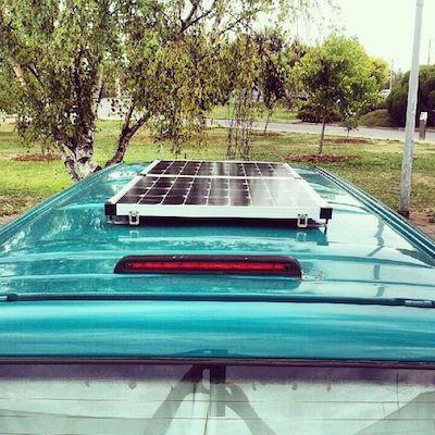 Woher soll der Strom kommen?  Eine Solarpanel bekommt man bereits für wenig Geld zum Beispiel ab 100 Euro bei eBay. Für welches Solarpanel man sich entscheidet, hängt davon ab, wie viel Strom man produzieren möchte. Je größer das Solarpanel ist, umso mehr Strom kann die Solaranlage produzieren. In Ländern mit wenig Sonne, sollte eine größeres Solarpanel gewählt werden. In der Regel liefert so eine Solarpanel 12V Strom, der dann in einer Batterie gespeichert wird.