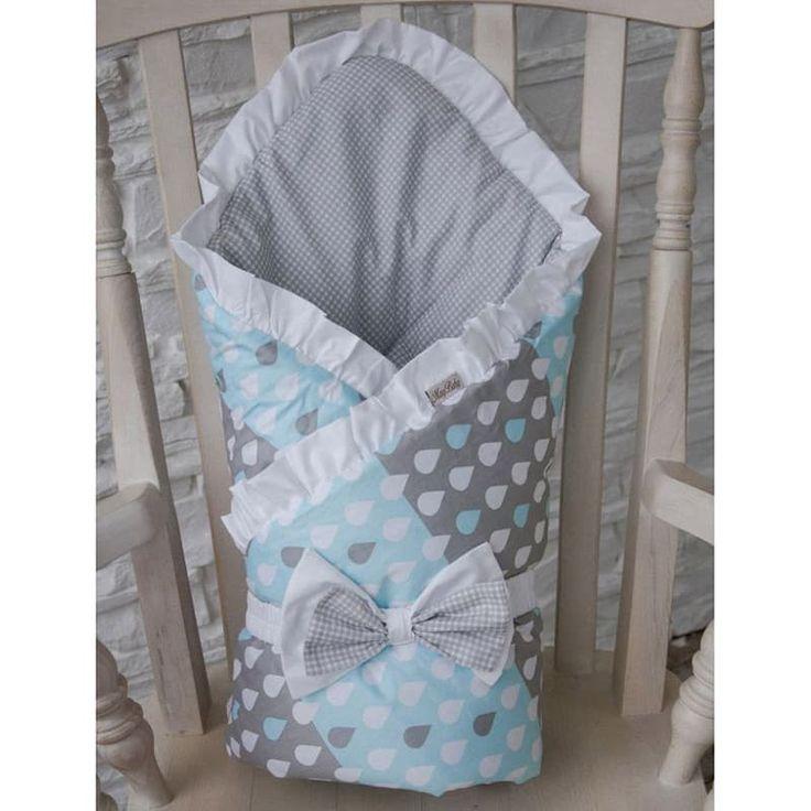 Нежный конверт одеяло для новорожденного мальчика Дождик выполнен вручную дизайнером из американского хлопка двух расцветок – верх с пастельно – голубым рисунком дождевых капель, внутри – жемчужно серый фон с мелкой клеткой. Конверт крепится на повязке с бантом, украшен рюшами и мо