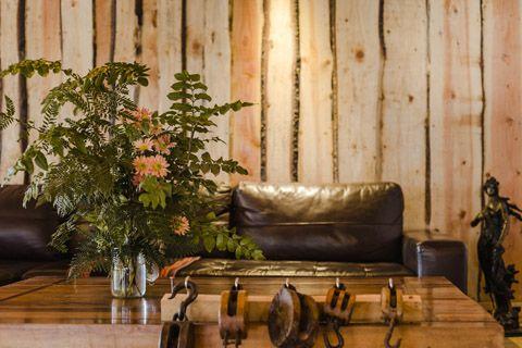 Forma de colocar troncos de árboles en paredes