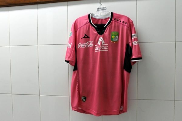 Esta es la nueva playera rosa del León. (Foto: Facebook Club León Oficial)