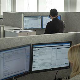 De 240 arbejdspladser er udstyret med en frontskærm og en sideskærm fra Kurage Acoustic Design Solutions, System 50. Akustikløsningen fungerer også som visuel afskærmning. Læs interview med indretningsarkitekten. http://kurage.dk/projekter/