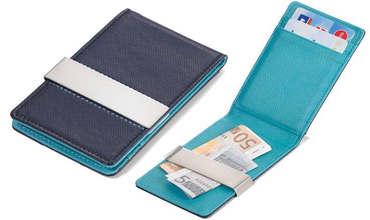 Η πιο χρήσιμη θήκη για τις κάρτες σας!  Με εξωτερικές θήκες αλλά και κλιπ χρημάτων προκείμενου να έχετε κάρτες και χρήματα μαζί σε ένα!  Ισχυρή απομίμηση δέρματος, με μεταλλικό κλιπ.  Ενας συνδιασμός που δεν πρέπει να λείπει από κανέναν άνδρα.  Απλός, χρησικός, στυλάτος.  Διαστάσεις: 111 * 68 * 14 mm Βάρος: 60 Gramm