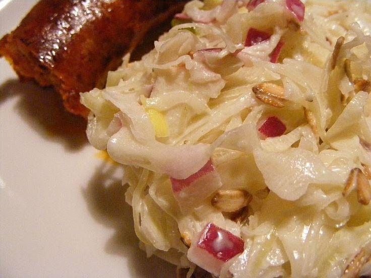 Még éppen savanyúkáposzta szezon van, gyorsan közzéteszem ezt az igen finom és egyszerű salátát. Igazi téli vitaminbomba, ami magában is m...