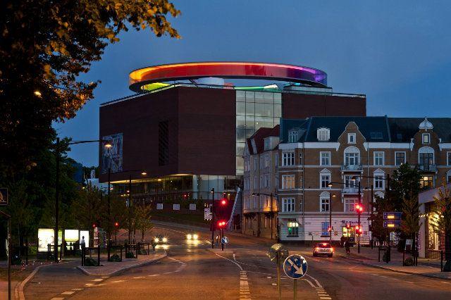 Chi ama le atmosfere e l'architettura scandinava, danese in particolare, troverà molti spunti d'interesse nella città più importante della Danimarca occidentale, la seconda città per grandezz…