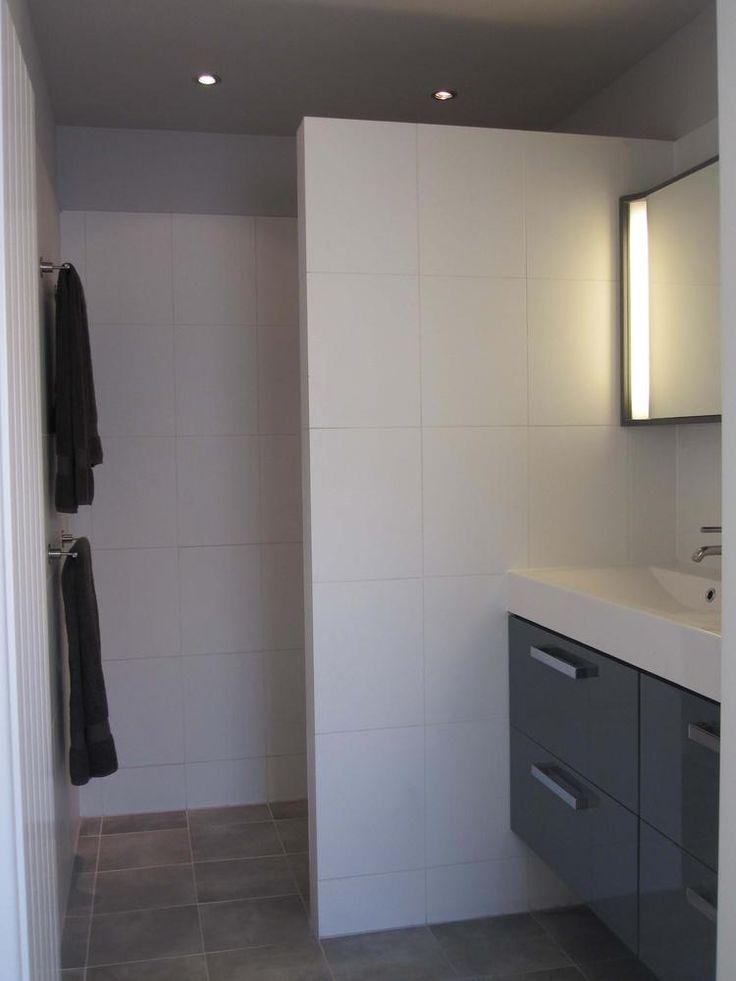 Foto: grijze bovenrand in douche. Geplaatst door saalk op Welke.nl