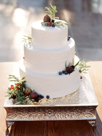 Rustic cake: http://www.stylemepretty.com/2015/02/03/oregon-valley-outdoor-garden-wedding/   Photography: Clary Pfeiffer - http://www.claryphoto.com/