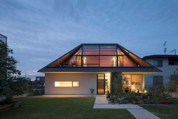 Maison avec un large toit en croupe vitré - Visit the website to see all pictures http://www.amenagementdesign.com/architecture/maison-avec-large-toit-en-croupe-vitre