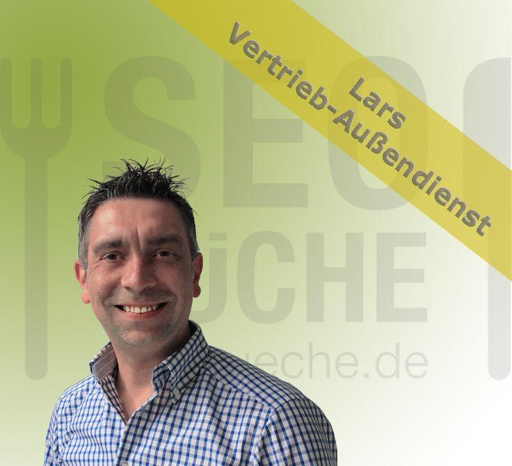 Lars ist unser Nordlicht und als Vertriebs-Außendienstler im Raum Hamburg  / Norddeutschland unterwegs. Nach seinem BWL-Studium in Osnabrück führte ihn sein Weg zunächst in die Speditions- & Logistikbranche. Dort war er über Jahre verantwortlich für Kundenbetreuung – und gewinnung. Im Rahmen einer Auszeit stand er ein Jahr lang in diversen Restaurants am Herd. Somit war der Weg in die SEO-Küche nur konsequent. Es gefällt ihm vor allem der Kontakt mit Kunden, neuen & interessanten Menschen.
