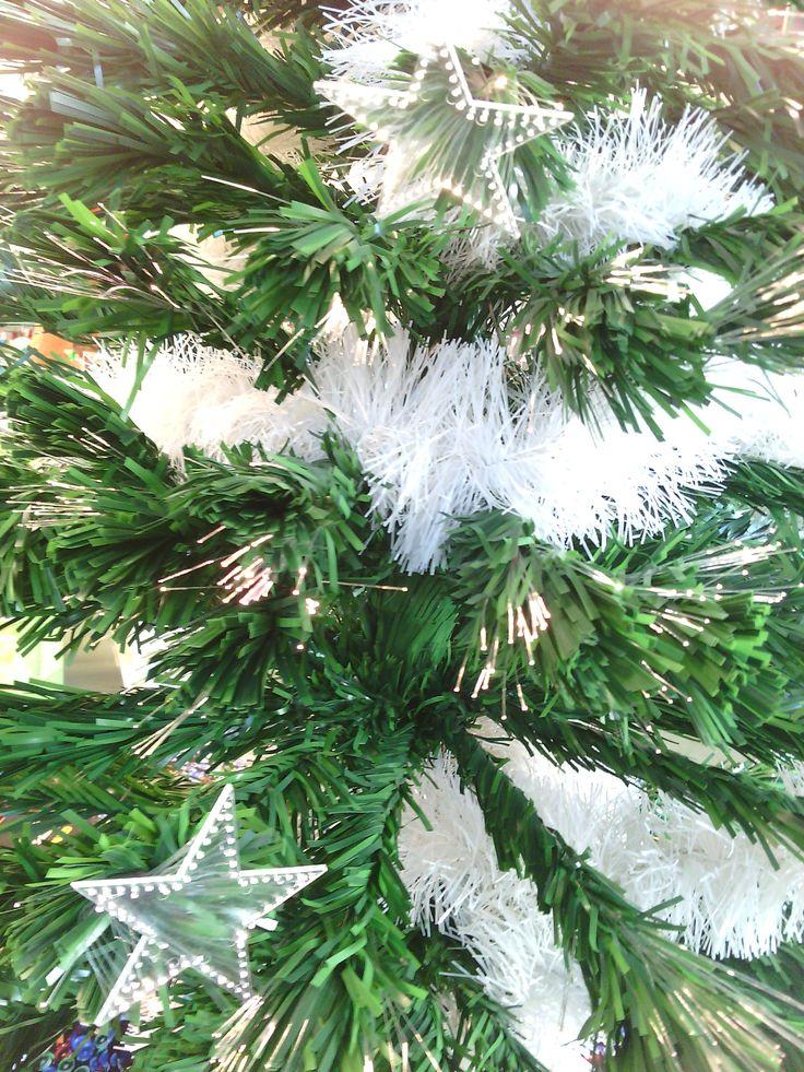 Sapin de #Noël en fibre optique avec étoiles lumineuses et cimier intégrés.