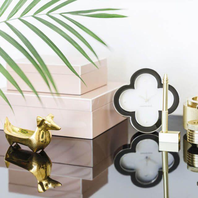 """Work & Style: Nicht nur in hippen Design-Agenturen lässt es sich chic arbeiten, das geht auch zuhause. Das wichtigste Möbelstück: ein Schreibtisch mit Glam-Appeal wie """"Grossmann 62"""" in Walnuss und Schwarz von Gubi. Er macht aus dem Home Office einen Büro-Salon. Ein extravaganter Kontrast dazu sind ein Stuhl im Industrial Style und Regale mit klaren Linien. Perfektioniert wird der Look durch goldige Akzente, die Accessoires wie Leuchten, Schalen oder Wanduhren setzen. Und nicht vergessen: ..."""