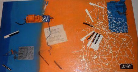 MUSICA ELETTRONICA LUCACOSTANTINI Materiali urbani trovati e uniti assieme, verniciatura con bombole spray, decoupage, 123x73x2,5 - 2004. Assemblaggio tra parti elettroniche e tasti di pianoforte su lastra PVC trovata ( di dimensioni casualmente in rapporto aureo)..