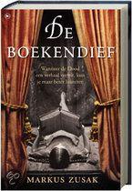De Boekendief  Wanneer de Dood een verhaal vertelt, kun je maar beter luisteren    Het is het jaar 1939. Nazi-Duitsland. Het land houdt de adem in. De Dood heeft het nooit drukker gehad en het zal nog drukker worden. Het leven van Liesel Meminger verandert op slag als ze bij het graf van haar broer een voorwerp vindt dat gedeeltelijk onder de sneeuw ligt bedolven. Het is Het Doodgravershandboek, dat daar per ongeluk is achtergelaten.