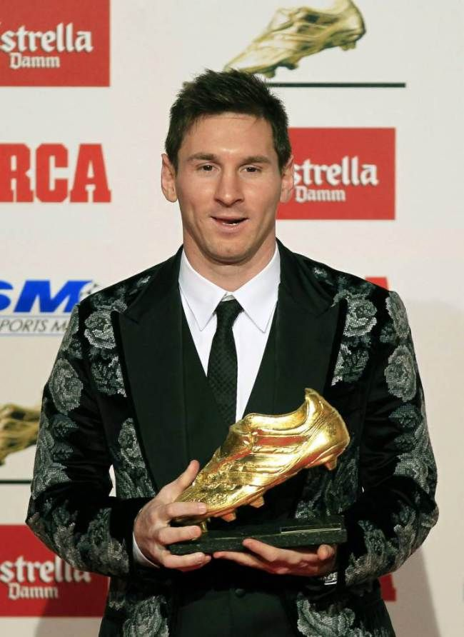 epa03958214 FC Barcelona's Argentinian striker Lionel Messi poses for photographers with the Golden Boot trophy during a ceremony in Barcelo...