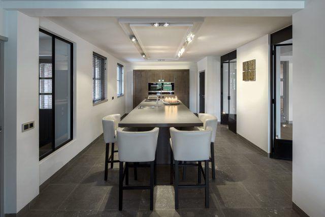 Luxe keuken inrichting met grote eettafel | eetkamer design | dining room | dining room design ideas | HOOG.design
