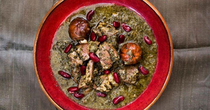 Denna klassiska persiska lammgryta med torkad lime och örter är enormt aromatisk och samtidigt frisk i smaken. Mängden och proportionerna på kryddorna varierar från recept till recept. De grövsta stjälkarna ska rensas bort innan örterna hackas. Servera med yoghurt, vitt ris och en eller flera pickels. Iransk pickels samt torkad lime får man tag på i butiker med mat från Mellanöstern.