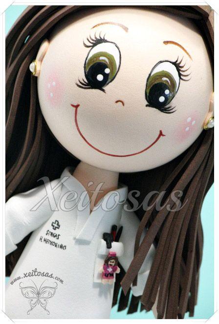 Fofucha enfermera con camilla y carrito de utensilios. Todo personalizado y…