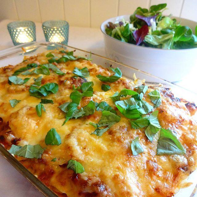 Herlig smaksrik ovnsrett, som er lett å lage ! Her har jeg blandet fløtegratinerte poteter med kjøttsaus, det ble så godt ღ Kan anbefa...