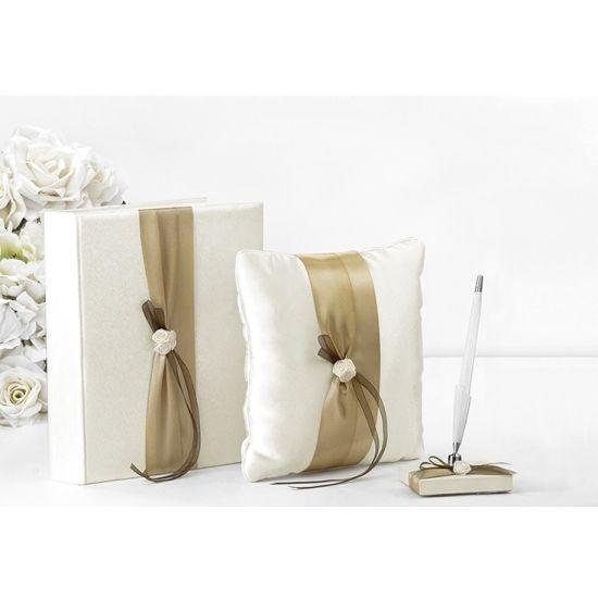 Bruiloft ringkussen met goud lint. Ringkussen in creme kleur met goud lint. Formaat: 20 x 20 cm.