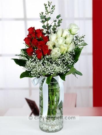 Aşkınızı anlatmanın en güzel yolu, onu ifade edecek güllerle donattığınız sevgi sözcüklerinden geçer. Beyaz ve kırmızı güllerden oluşan bu hoş aranjmanla sevginizi en büyülü haliyle yaşayacaksınız.  http://www.ciceksepeti.com/askin-buyusu-leon-vazoda-kirmizi-ve-beyaz-guller