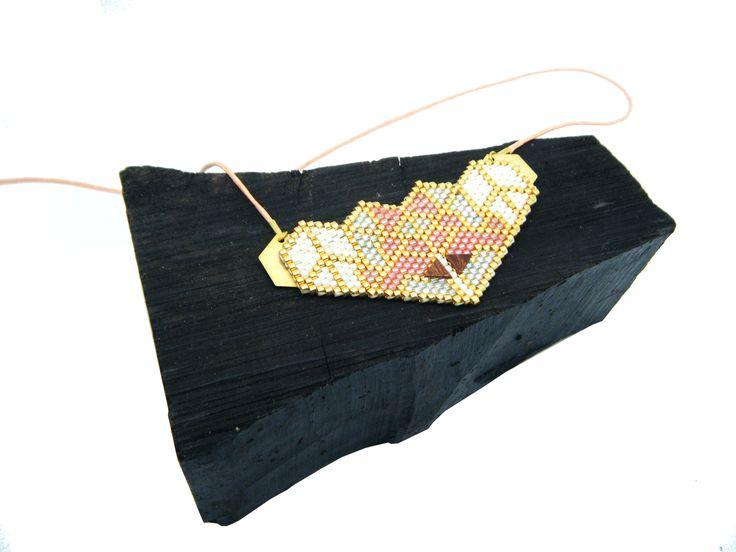 Plastron tissage peyote style origami couleur saumon clair et bois