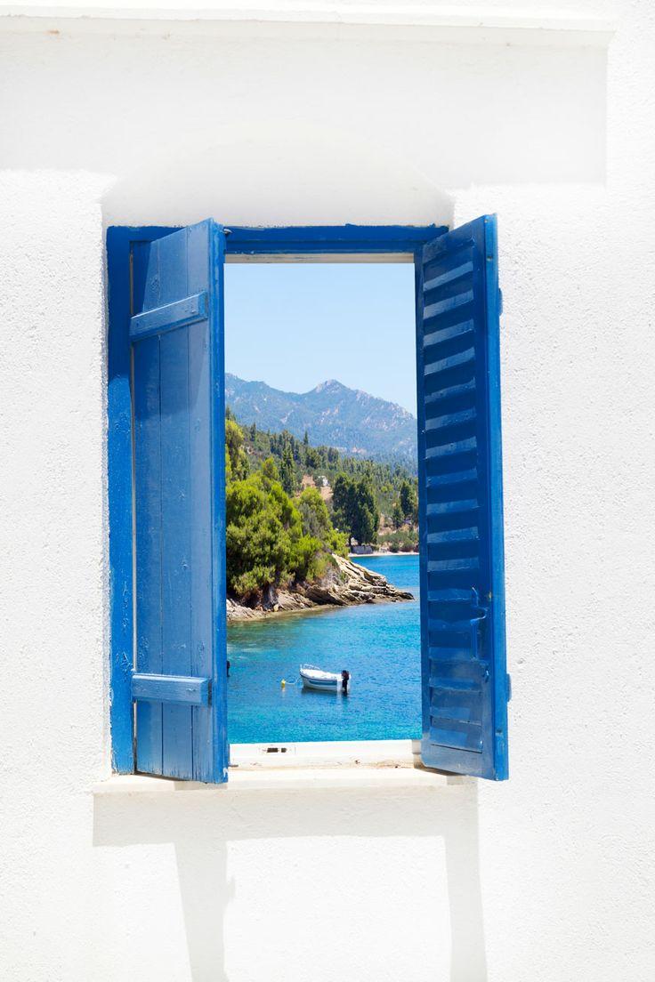I piedi a dondolare da uno scoglio, nell'acqua dell'Egeo. The feet swinging from a rock into Egeo's Sea.