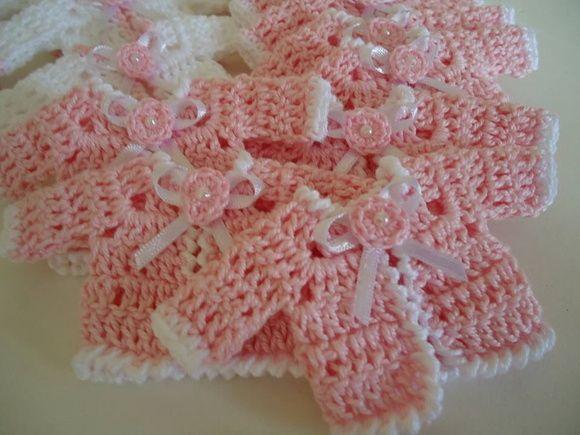 Mini casacos feito em crochê.  Pode ser usada como lembrancinhas de chá de bebê, nascimento, maternidade ou aniversário.  As lembranças são entregues embaladas e com tag com o nome do bebê que deve ser informado no ato da compra.  Compra mínima: 20 UNIDADES R$ 2,50