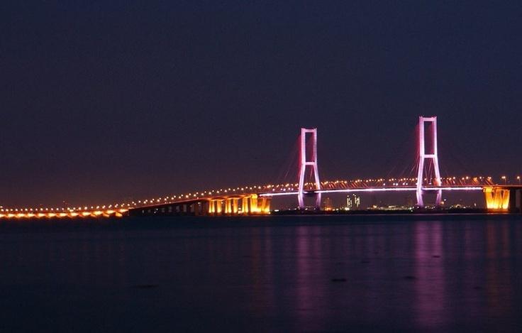 Un Peu de Lumière: Surabaya Skyline