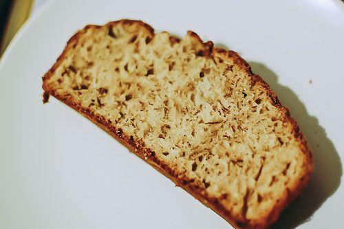 GATEAU A LA BANANE SANS SUCRE  1 banane 2 oeufs 2 cuillères à soupe de protéine en poudre Optionnel: quelques noix, copeaux de chocolat ou autre