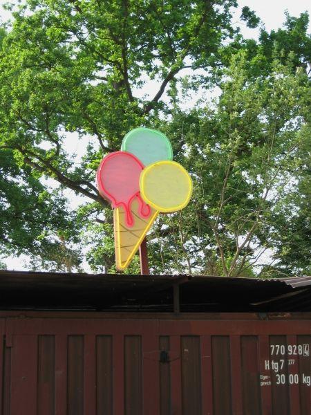 Eiswaffel als Neon-Werbeschild für Yukon-Bay  im Zoo Hannover
