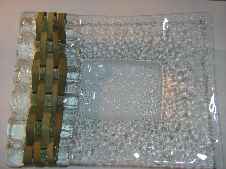 Petisqueira em vidro fundido e tramada em palha de butiá. By Jacyra. https://www.facebook.com/JacyraPerimArtes
