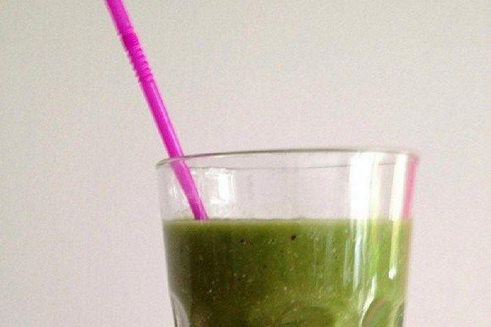 Zo makkelijk om een extra portie groenten binnen te krijgen... daarom vandaag mijn favoriete groene smoothie recepten! Met groenten én fruit!