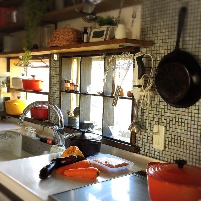 shio2772さんの、見せる収納,キッチン雑貨,ルクルーゼ,魔法のフライパン,窓枠風DIY,おうちごはん,キッチン,のお部屋写真