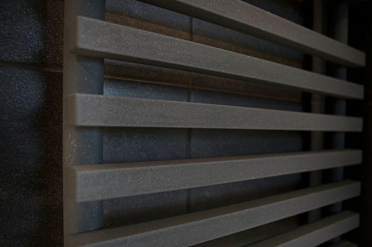 Deze moderne radiator lijkt door het vlakke ontwerp aan de wand te zweven.