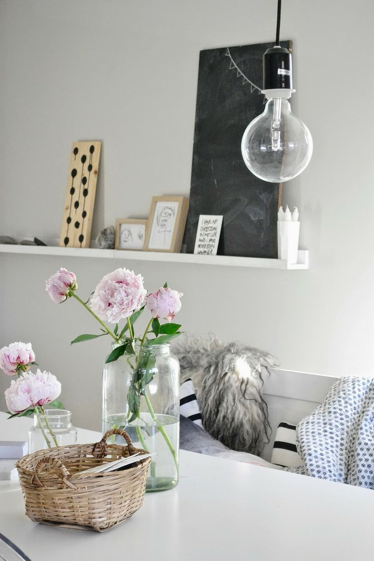 Simpel kan zo mooi zijn! Eenvoudige lamp met glazen potten en pioenrozen.