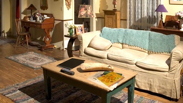 Lorelai and rory 39 s living room gilmore girls pinterest for Cute living room sets