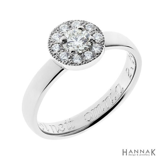 Korona-vihkisormus | Klassisen kaunis halo-sormus. Yksi kehällä olevista timanteista on otettu pariskunnalle muistorikkaasta korusta ja istutettu sormukseen. Tämä antaa sormukselle tärkeää lisäarvoa ja muistoja. | Materiaalit: 585-valkokulta, timantit | http://www.hannakorhonen.fi/korona-vihkisormus/ | white gold 585, diamonds | #HannaK #rings #wedding #jewelry
