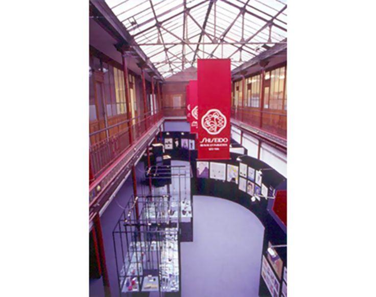1986: L'azienda presenta la mostra Shiseido Exhibition of Advertising Art a Parigi.