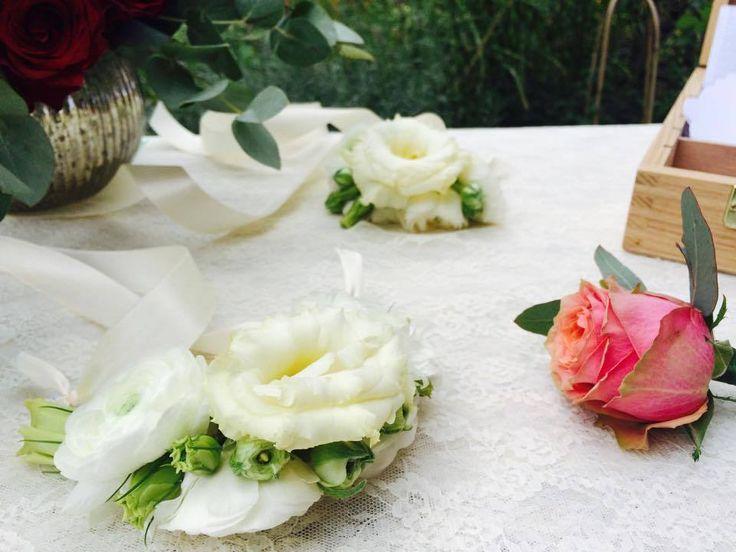 flower bracelet with ranunculus and lisianthus- cocarda cu ranunculus alb si lisianthus