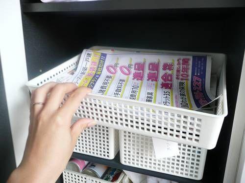靴箱の左側上段ここには靴以外に玄関に置いておくと便利なものを収納しました。 ①古紙入れ新聞はとっていないのですが、ポストに直接投函されるチラシゴミをここに入れます。2階のリビングに古紙をまとめて置く場所がありますが、ポストに入っている不要なチラシをリビングに持ち込まずにここで処理できます。 ②梱包グッズガムテープ、はさみ、荷造り紐、宅配便伝票、ボールペンなどをここに。自治体の古紙回収日に、玄関でダンボールや①の古紙などを玄関でまとめるときに使います。 ③スキンケア系スプレー夏は日焼け止め、虫除けスプレーを、秋冬は静電気防止スプレーを玄関で使用します。 ④ぞうきん・タオル外出時に雨が降って濡れて帰宅したときや、雨上がりに自転車に乗ろうとして濡れていた時など、我が家は洗面所が2階でタオルなどを取りに行...靴箱の整理その3収納の詳細