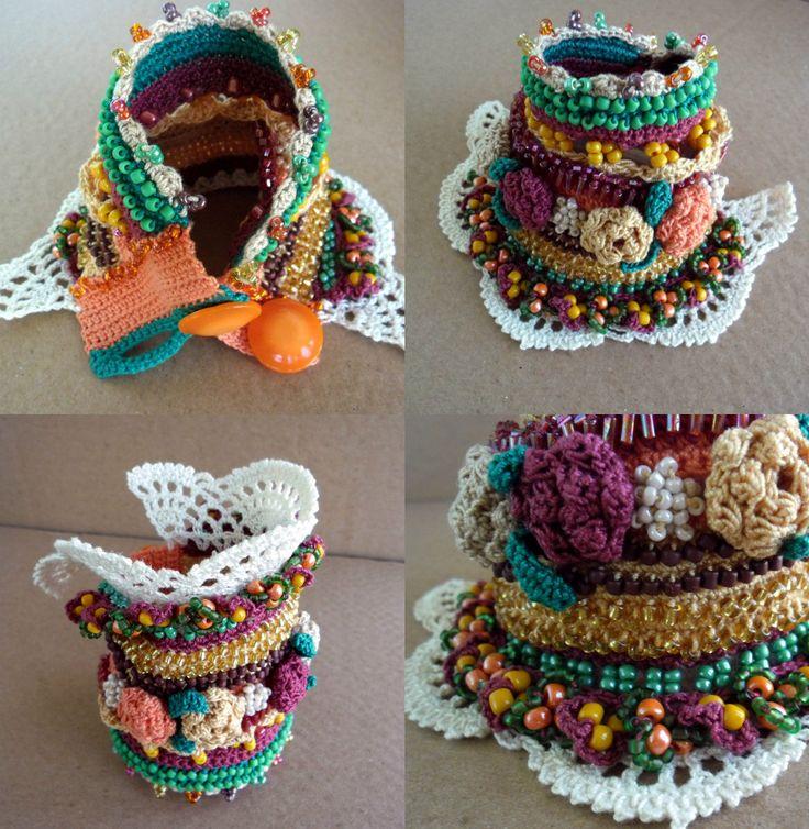 Тhis único brazalete pulsera otoño colores - verde, amarillo, beige, Burdeos, naranja y blanco.  Esta pulsera de crochet de hilo de algodón 100%, está decorado con rocallas de cristal, rosas de ganchillo y encaje de ganchillo.  Hice este brazalete utilizando una técnica de Crochet de forma libre y mucha imaginación, por lo que es totalmente único y no se puede reproducir una segunda vez.  La pulsera se puede lavar con agua jabonosa fría y sólo con la mano. Seco sobre una superficie plana…
