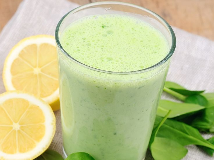 Die ballaststoffreichen Chia-Samen quellen in Flüssigkeit auf und machen richtig lange satt - in unserem Rezept für den Schlank-Smoothie Grüner Engel.