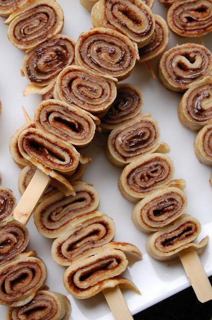 Witzige Idee zum Kindergeburtstag: Crepes mit Nutella am Spieß.