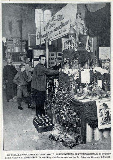 De stand van de fabriek van Minerale Wateren en Gazeuse Drank van A. Buijen van Weelderen Jr. te Utrecht op de tentoonstelling voor Volksvoeding in het Gebouw Leeuwenbergh (Servaasbolwerk) te Utrecht, 1907.