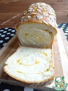 Сладкий хлеб со сливочной прослойкой и миндальными лепестками