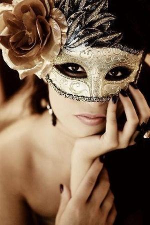 lazo elegante negro que es la mascarada de plata y negra