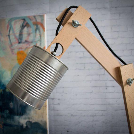 Modelo Tierra metal Una lámpara de escritorio simple, pero con estilo, totalmente hecha a mano, utilizando al máximo materiales reciclados y totalmente customizable. INFO: Fabricada a partir de un bote de tomate reciclado, todo el proceso se realiza de forma artesanal, cada uno de los artículos.  El cuerpo está fabricado en madera de Iroko, una madera dura y muy resistente. Tendrás varias opciones de acabado según tu gusto, no olvides seleccionar tu opción:  1: Natural: Es el color propio de…