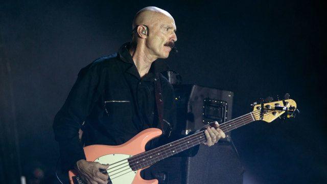 Tony Levin super bass player!