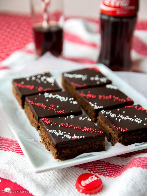 Amerikkalainen leivontakulttuuri on herkuttelijan paratiisi, sillä se on pullollaan inspiroivia makuja ja leivonnaisia. Tästä runsaudensarvesta Kinuskikissa ammentaa tulevat kaksi teemaviikkoa. Liikkeelle lähdetään legendaarisen cola-juoman innoittamasta reseptistä. Tästä kiitokseni mari-johannalle, joka esitteli hauskan muunnelman mokkapaloista, Coca-Cola-piirakan. Itse päädyin käyttämään cola-tiivistettä, jota olen aiemmin testannut Coca-Cola-kakussa. Tiivistemuodossa colan maun saa…