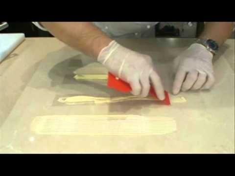Ozdoby na tort z czekolady - wstążki w paseczki